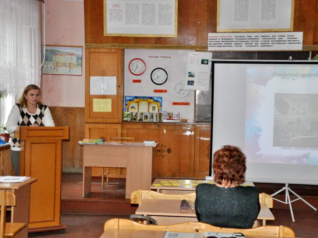 Викладач ліцею Лемак Н.В. на засіданні обласної методичної секції представила учасникам свої творчі доробки