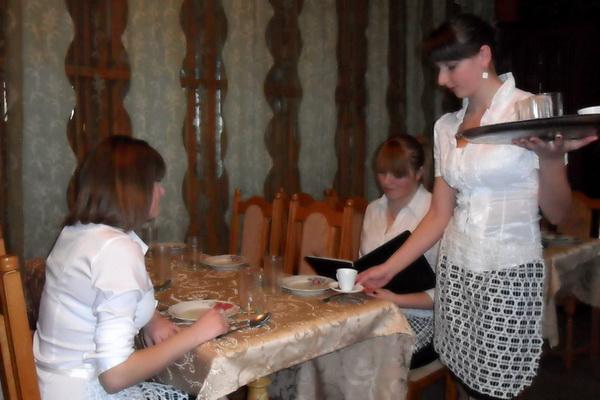 На конкурсі обслуговували клієнтів, пропонували страви та напої