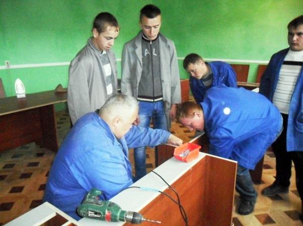 Майстер-клас по складанню круглого столу для конференц-залу та настилання підлоги ламінатом