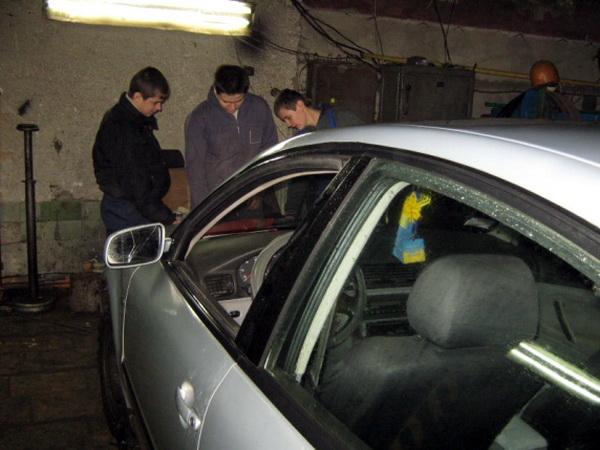 Учні мали змогу споспостерігати за процесом обслуговування та ремонту авто