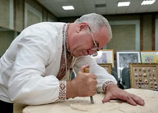 Майстер Володимир Глеба виконав майстер-клас з різьби по дереву в московському коледжі
