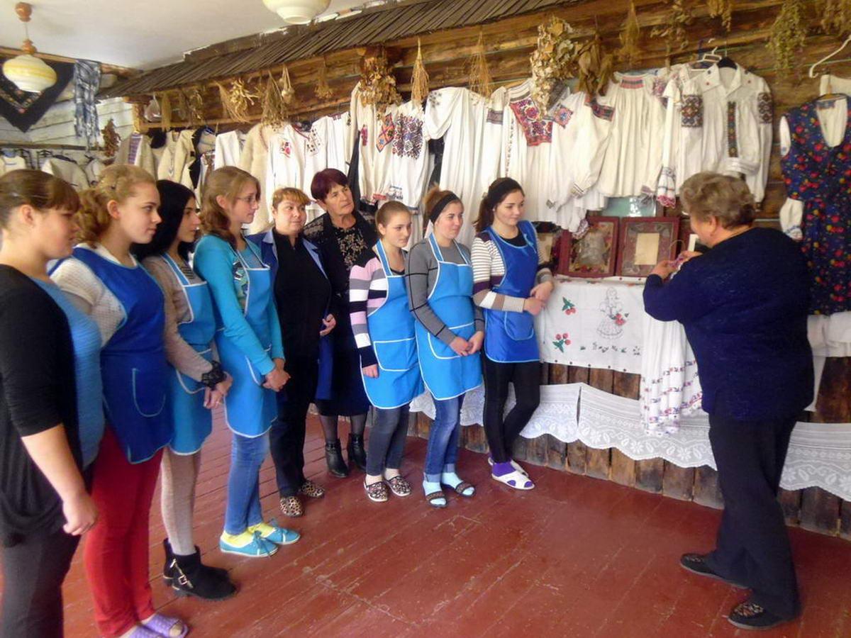Народна майстриня Пожар Марія Василівна розповіла ліцеїстам про ручні стібки та строчки Верховини
