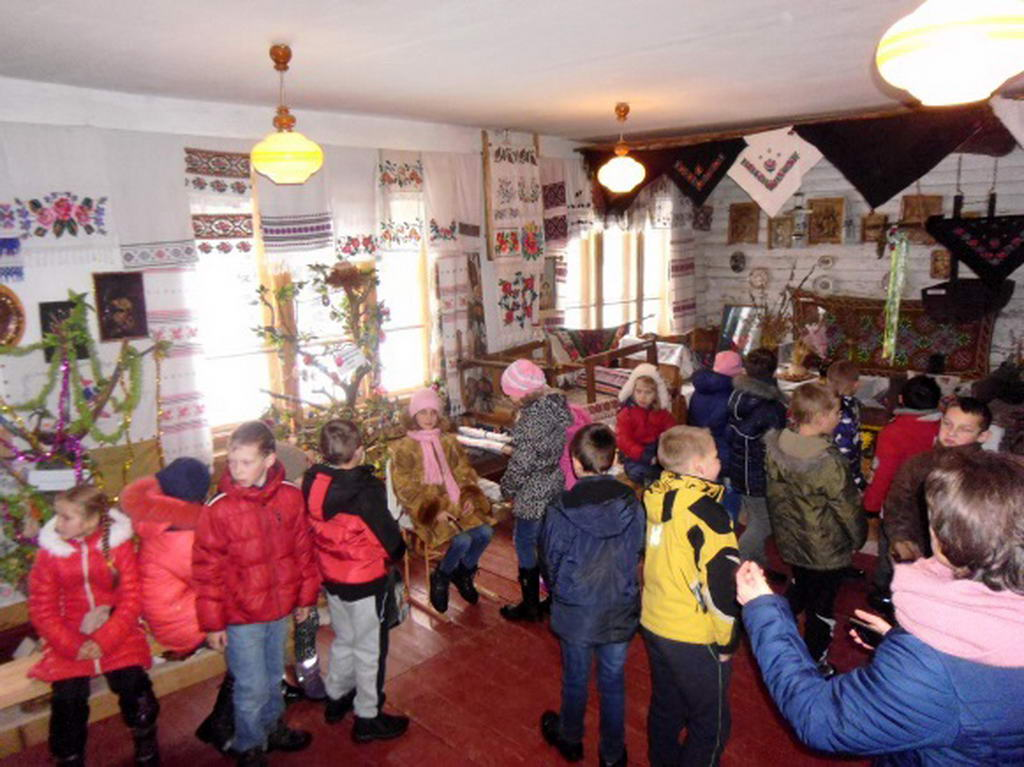 Вихованці місцевої школи в гостях етнографічного музею