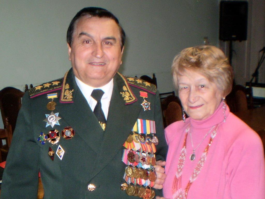 Генерал-полковник Іван Плахотнюк спілкується із полковником Ангеліною Оборіною