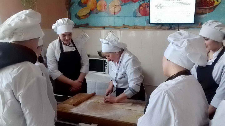 Відкритий урок виробничого навчання «Приготування прісного тіста та виробів з нього (локшина по-домашньому, галушки). Вимоги до якості. Відпуск»