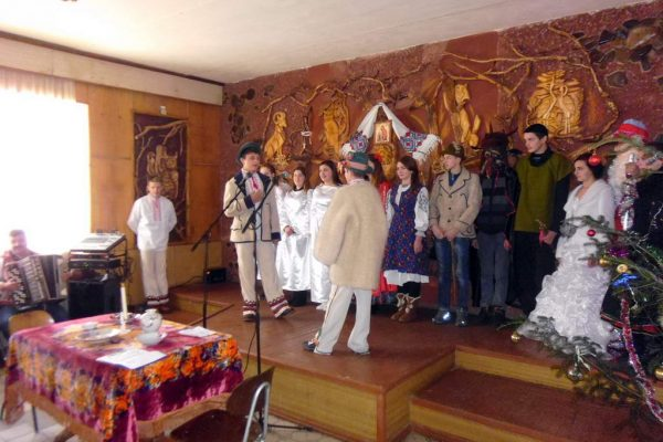 Учні та працівники ліцею зустрілись з дідом Морозом та Снігурочкою та слухали колядування